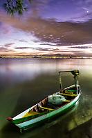 Barco atracado na Praia de Cacupé ao anoitecer. Florianópolis, Santa Catarina, Brasil. / Boat docked on Cacupe Beach at dusk. Florianopolis, Santa Catarina, Brazil.