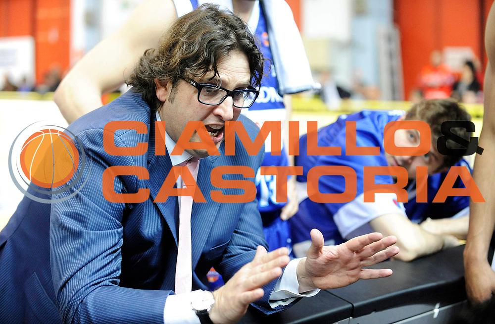 DESCRIZIONE : Cremona Lega A 2012-13 Vanoli Cremona Pallacanestro Cantu' <br /> GIOCATORE : Coach Andrea Trinchieri<br /> SQUADRA : Pallacanestro Cantu' <br /> EVENTO : Campionato Lega A 2012-2013<br /> GARA :  Pallacanestro Cantu' Cimberio Varese<br /> DATA : 10/03/2013<br /> CATEGORIA : Coach Fair Play<br /> SPORT : Pallacanestro<br /> AUTORE : Agenzia Ciamillo-Castoria/A.Giberti<br /> Galleria : Lega Basket A 2012-2013<br /> Fotonotizia : Cremona Lega A 2012-13 Vanoli Cremona Pallacanestro Cantu' <br /> Predefinita :