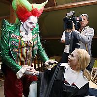 Nederland, Biddinghuizen , 10 oktober 2014.<br /> Halloween Fright Nights Walibi Holland.<br /> Op vrijdag 10 oktober wordt het Haunted House op wel heel speciale wijze geopend.<br /> Bekende Nederlanders draaien mee in het Haunted House. In de middag volgen zij een Scare Training, Daarna gaan ze de grime in om tot geest te worden omgetoverd. Onder andere Samantha , bekend van het programma Samantha & Michael houden zich Thai, draait vrijdag mee als geest in Jefferson Manor.<br /> Op de foto Damantha van der Plas de Jong samen met Eddy de Clown<br /> <br /> Foto: Jean-Pierre Jans/ANPinOpdracht<br /> Foto:Jean-Pierre Jans