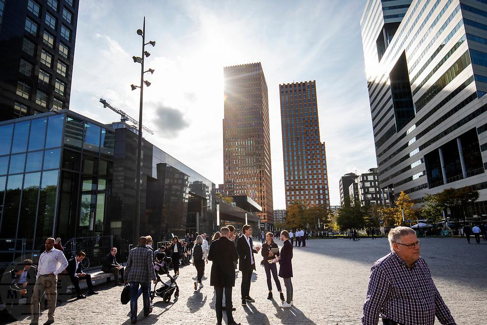 Zakenmensen tijdens de lunchpauze aan de Zuidas, het financiële centrum in Amsterdam.<br /> <br /> Business men during lunch break at the Zuidas, the financial district in Amsterdam.