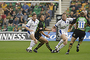 Northampton, GREAT BRITAIN, Saints, Carles SPENSR moves the ball in to the path of Ben COHEN, during the Northampton Saints vs Bath Rugby,  Guinness Premiership Rugby match, at  Franklin's Gardens, Northampton, ENGLAND on 16/09/2006 [Photo, Peter Spurrier/Intersport-images].