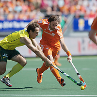 DEN HAAG - Rabobank Hockey World Cup<br /> 38 Final: Australia - Netherlands<br /> Foto: Rogier Hofman (orange) and Liam De Young (yellow).<br /> COPYRIGHT FRANK UIJLENBROEK FFU PRESS AGENCY