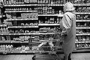 Nederland,Nijmegen, 1-1-1998Oudere vrouw met winkelwagentje in supermarkt.Economie, prijzen, ouderen, euroFoto: Flip Franssen/Hollandse Hoogte
