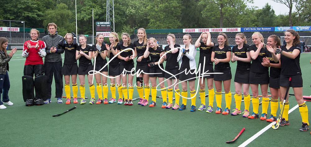 AMSTELVEEN - NK Schoolhockey. De finale in de categorie Meisjes Oud  ging tussen Het Rijnlands Lyceum Oegstgeest (rode shirts) en Het Bonhoeffercollege uit Enschede (zwart).  Winnende team en kampioen werd het Bonhoeffercollege, na shoot outs.  © 2015 Koen Suyk