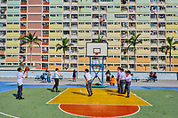 Chine, Hong Kong, Kowloon, quartier d'habitation très dense, etudiants jouant au basket // China, Hong Kong, Kowloon island, Densely crowded apartment buildings, students playing basketball