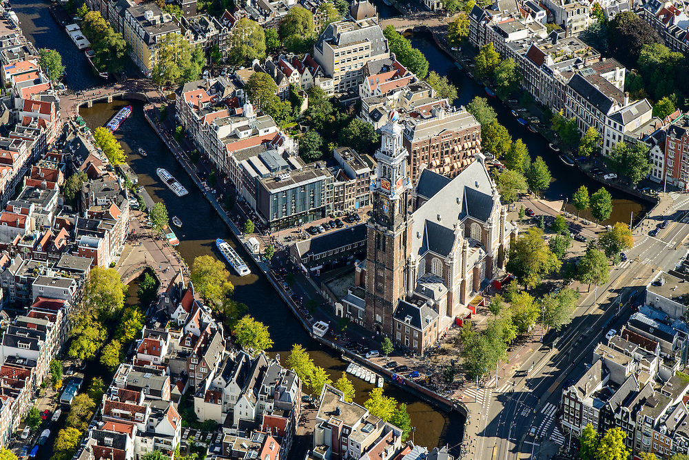 Nederland, Noord-Holland, Amsterdam, 27-09-2015; Prinsengracht met rondvaartboten, Westerkerk op de Westermarkt. Naast de kerk Anne Frankhuis met rij wachtende museumbezoekers. Raadhuisstraat.<br /> Prinsengracht with canal cruises, Annne Frank house with queue of visitors.  <br /> luchtfoto (toeslag op standard tarieven);<br /> aerial photo (additional fee required);<br /> copyright foto/photo Siebe Swart