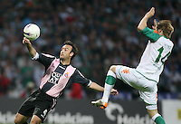 Fussball  UEFA Pokal  Halbfinale  Rueckspiel  Saison 2006/2007 Werder Bremen - Espanyol Barcelona              Jesus Maria LACRUZ (li, Barcelona) gegen Aaron HUNT (re, Bremen)
