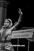 Cinq danses classiques et folkoriques issues de l'Inde, du Bangladesh, du Cambodge et du Laos sont interpr&eacute;t&eacute;s sur la sc&egrave;ne de l'H&ocirc;tel de Paris<br /> <br /> La troupe indienne danse l'expression de joie.