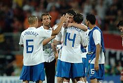 25-06-2006 VOETBAL: FIFA WORLD CUP: NEDERLAND - PORTUGAL: NURNBERG<br /> Oranje verliest in een beladen duel met 1-0 van Portugal en is uitgeschakeld / LANDZAAT Denny, van 't SCHIP, VAN BOMMEL Mark, HEITINGA John en MADURO Hedwiges<br /> ©2006-WWW.FOTOHOOGENDOORN.NL