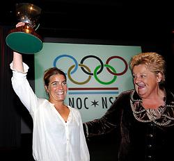 18-05-2010 ALGEMEEN: AFSCHEID ERICA TERPSTRA: ARNHEM<br /> Koningin van de Sport neemt afscheid als voorzitter van NOC*NSF en zat haar laatste algemene ledenvergadering voor / Erica Terpstra overhandigd Nicolien Sauerbreij de Trofee Pahud de Mortanges <br /> ©2010-WWW.FOTOHOOGENDOORN.NL
