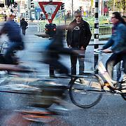 Nederland, Utrecht, 11-04-2011 Fietsers en voetganger wachten bij verkeerslichten.  FOTO: Gerard Til / Hollandse Hoogte