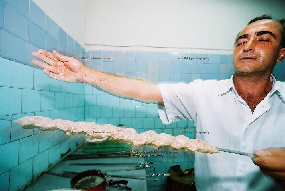 In der Küche eines armenischen Restaurants bereitet dieser Mann noch bis in die frühen Morgenstunden Kebab vor. Armenische Feierlichkeiten gehen oft die ganze Nacht hindurch. A cook prepares Kebab in Armenia.
