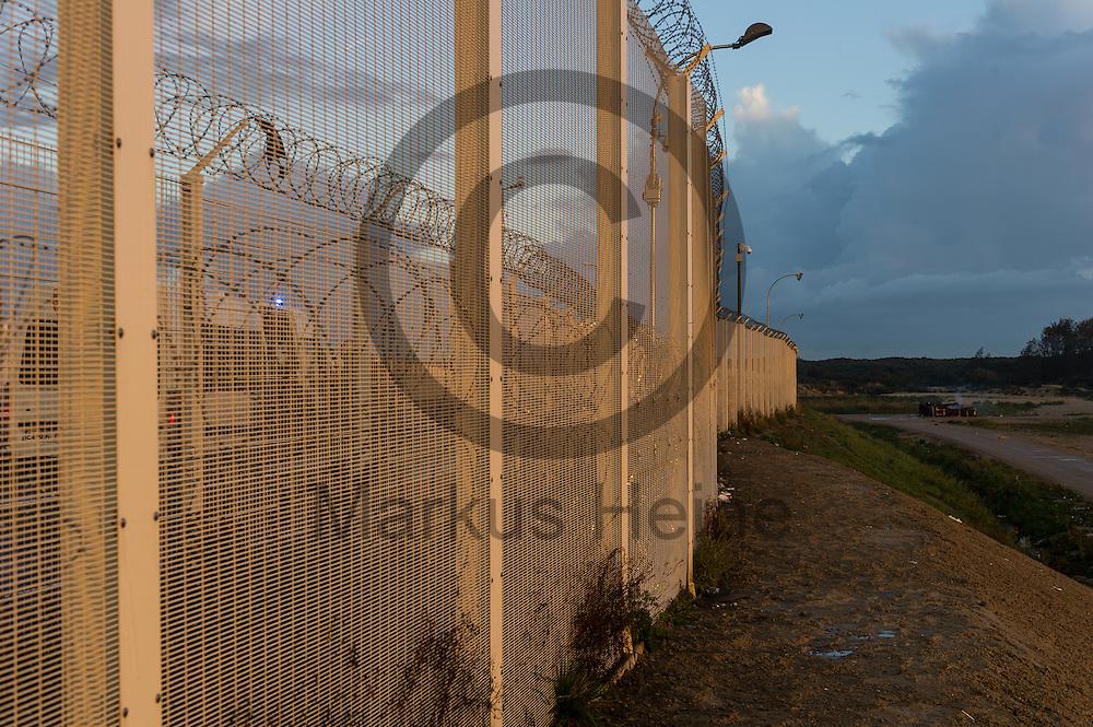 Calais, Frankreich - 17.10.2016<br /> Ein Polizeiwagen steht bei dem Dschungel von Calais hinter einem Schutzzaun. Das Fluechtlingscamp an der Kueste zum Aermelkanal soll laut franz&ouml;sischer Regierung in den n&auml;chsten Tagen geraeumt werden. In dem Camp leben um die 1000 Fluechtlinge und warten auf die Moeglichkeit zur Weiterreise durch den Eurotunnel nach Gro&szlig;britannien. Photo: Foto: Markus Heine / heineimaging<br /> <br /> Calais, France - 2016/10/17<br /> A police car stand near the Calais Jungle behind a protective fence. The refugee camp on the coast to the English Channel is to be cleared in the next few days, according to the French government. In the camp live around the 1000 refugees and wait for the possibility to travel further through the Eurotunnel to the UK. Photo: Foto: Markus Heine / heineimaging<br /> <br /> ------------------------------<br /> <br /> Ver&ouml;ffentlichung nur mit Fotografennennung, sowie gegen Honorar und Belegexemplar.<br /> <br /> Bankverbindung:<br /> IBAN: DE65660908000004437497<br /> BIC CODE: GENODE61BBB<br /> Badische Beamten Bank Karlsruhe<br /> <br /> USt-IdNr: DE291853306<br /> <br /> Please note:<br /> All rights reserved! Don't publish without copyright!<br /> <br /> Stand: 10.2016<br /> <br /> ------------------------------