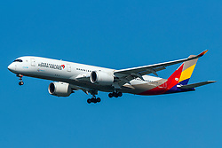 Airbus A350-941 (HL8078) operated by Asiana Airlines on approach to San Francisco International Airport (KSFO), San Francisco, California, United States of America