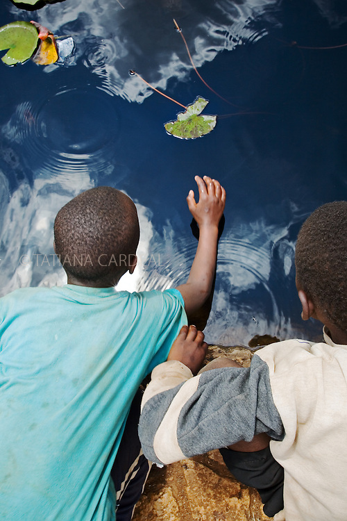 Streetkids fishing at the Uhuru's Park, after the openning march of the VII World Social Forum.<br /> Nairobi City, Kenya.