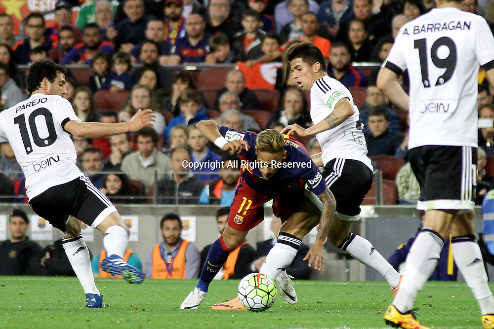 17.04.2016. Nou Camp, Barcelona, Spain. La Liga. Barcelona versus Valencia. Neymar holds off the  challenge during the match