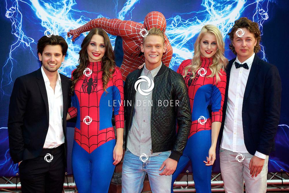 AMSTERDAM - Bij het Pathe ArenA Theater is de filmpremière van Spiderman II gehouden. Met hier op de foto Ruud Feltkamp, Ferry Doedens en ???. FOTO LEVIN DEN BOER - PERSFOTO.NU