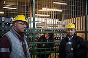 Aspettando di entrare in miniera si ritirano lampade e respiratori