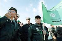 10 NOV 2000, BERLIN/GERMANY:<br /> Polizisten demonstrieren fuer eine Erhoehung ihrer Bezuege, Brandenburger Tor<br /> IMAGE: 20001110-01/01-09<br /> KEYWORDS: Polizei Gewerkschaft, Demo, Demonstration, Uniform, Polizist