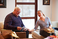 Pabbi og Gitta taka upp afmælispakka.