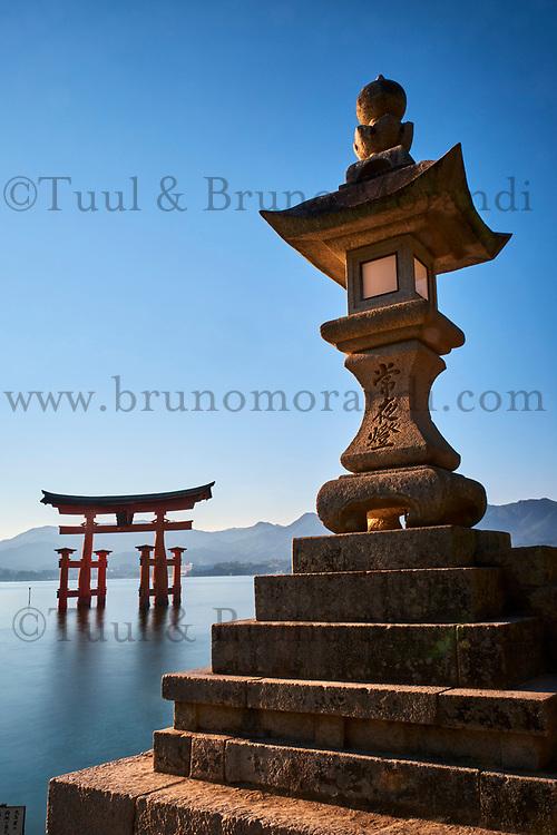 Japon, Ile de Honshu, Ile de Miyajima, sanctuaire shinto d'Itsukushima classé Patrimoine Mondial de l'UNESCO, le torii flottant // Japan, Honshu island, Miyajima Island, The floating Miyajima torii gate of Itsukushima Shrine, UNESCO World Heritage Site