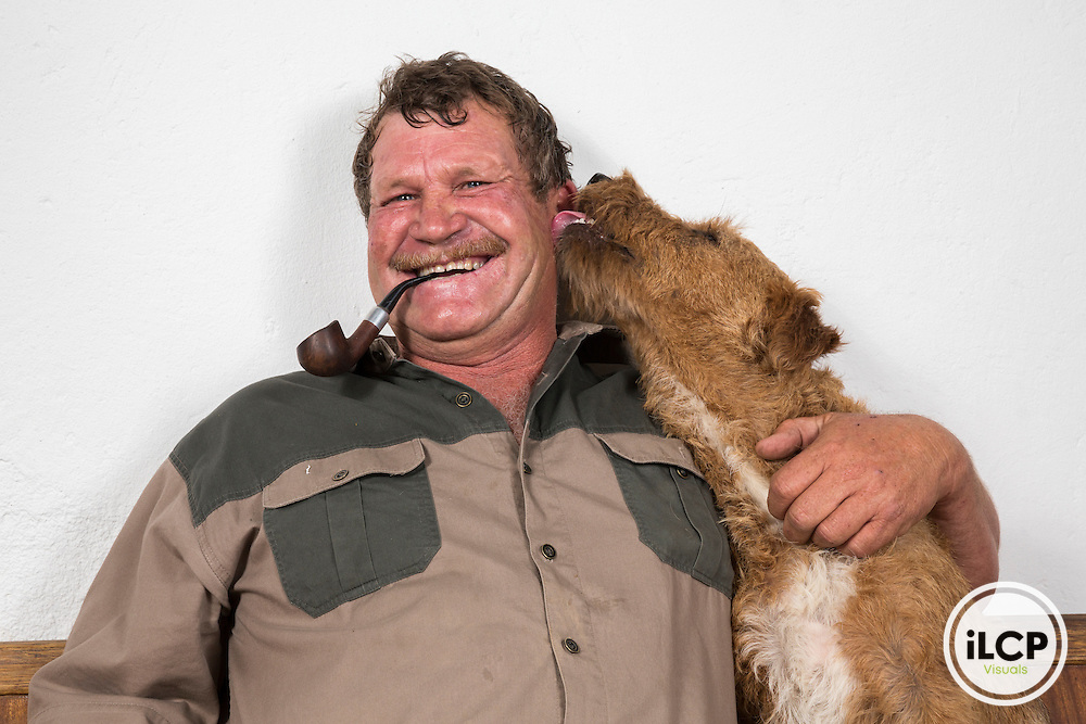 The farmer Piet Gouws and her dog Rusty. Piet is one of the first breeders have invested in the project of scientific and allow it to set traps on these lands.<br /> Western Cape, Karoo, South Africa / L&rsquo;&eacute;leveur Piet Gouws et son chien Rusty. Piet est l'un des premiers &eacute;leveurs a s'&ecirc;tre investi dans le projet de la scientifique et &agrave; lui permettre de poser des pi&egrave;ges sur ces terres.<br /> Western Cape, Karoo, South Africa