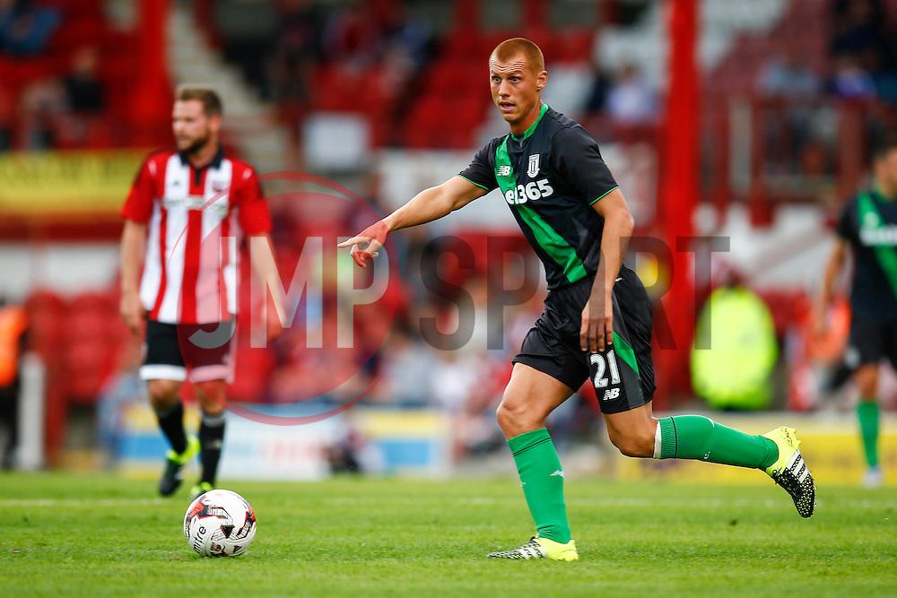 Steve Sidwell of Stoke City in action - Mandatory by-line: Jason Brown/JMP - Mobile 07966 386802 25/07/2015 - SPORT - FOOTBALL - Brentford, Griffin Park - Brentford v Stoke City - Pre-Season Friendly