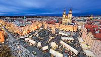"""Am Altstädter Ring findet einer der bekanntesten Weihnachtsmärkte Europas und zugleich der größte von Prag statt. Hier bekommt man alles, was das weihnachtliche Herz begehrt. Von selbst gemachtem (Kunst-)Handwerk bis hin zum altböhmischen """"trdelník"""" (gebackener Hefeteig mit Zimt, Zucker und Nüssen) und anderen süßen und herzhaften Leckereien."""