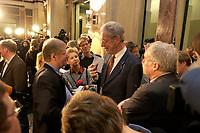 10 DEC 2003, BERLIN/GERMANY:<br /> Henning Scherf, SPD, 1. Buegermeister Bremen, im Gespraech mit Journalisten, waehrend einer Unterbrechung der Sitzung des Vermittlungsausschusses, Bundesrat<br /> IMAGE: 20031210-01-058<br /> KEYWORDS: Journalist