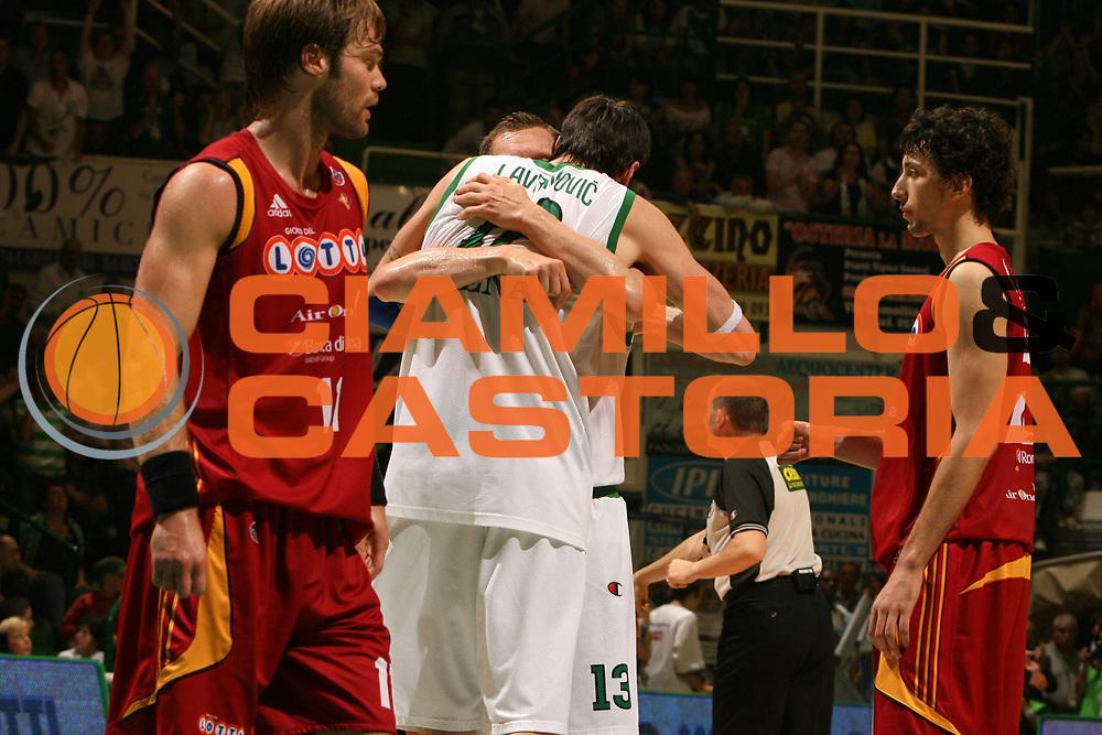 DESCRIZIONE : Siena Lega A1 2007-08 Playoff Finale Gara 5 Montepaschi Siena Lottomatica Virtus Roma <br /> GIOCATORE :  Rimantas Kaukenas Ksistof Lavrinovic<br /> SQUADRA : Montepaschi Siena<br /> EVENTO : Campionato Lega A1 2007-2008 <br /> GARA : Montepaschi Siena Lottomatica Virtus Roma<br /> DATA : 12/06/2008 <br /> CATEGORIA : esultanza<br /> SPORT : Pallacanestro <br /> AUTORE : Agenzia Ciamillo-Castoria/E.Castoria