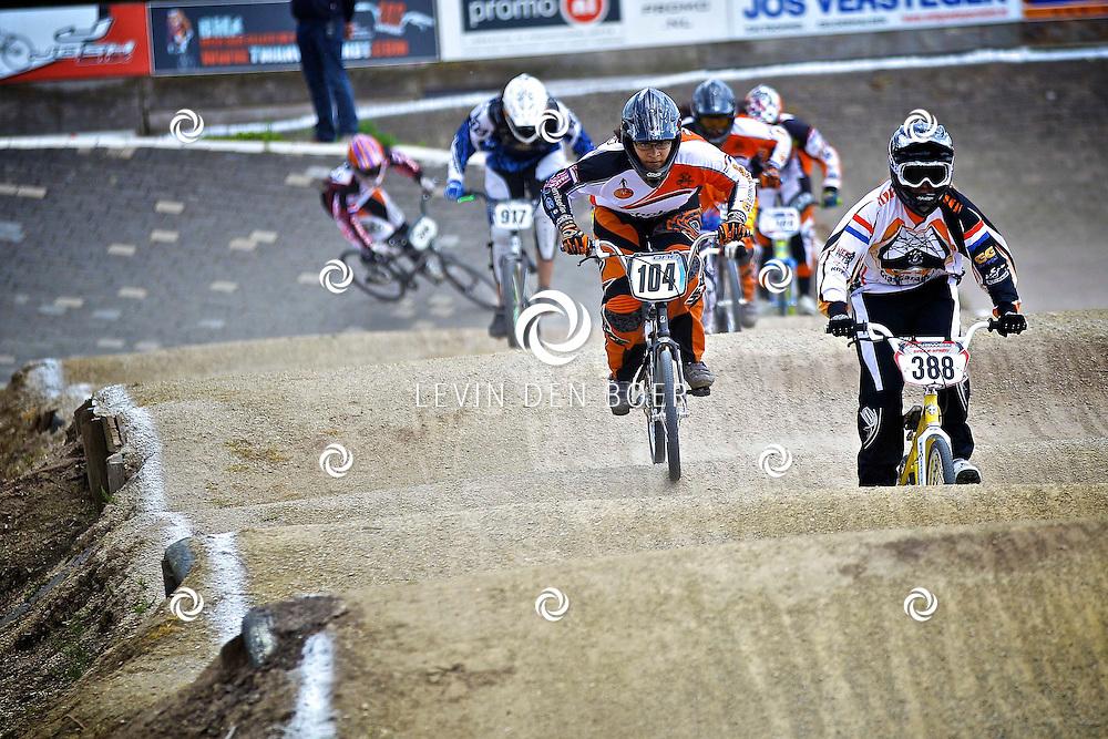 AMMERZODEN - Op de fietscross baan aan de Hoge Weiden zijn de Brabants Kampioenschap BMX 2012 gehouden. Diversen jongens en meisjes van verschillende leeftijden deden mee aan dit spektakel. FOTO LEVIN DEN BOER - PERSFOTO.NU