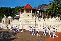 Sri Lanka, province du centre, Kandy, ville classée patrimoine mondial de l'UNESCO, Temple de la Dent (Sri Dalada Maligawa) qui renferme une relique de dent de Bouddha, ecoliers en visite // Sri Lanka, Ceylon, North Central Province, Kandy, UNESCO World Heritage city, Tooth's temple