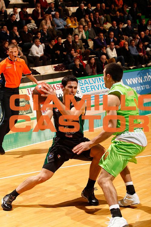 DESCRIZIONE : Siena Eurolega 2009-10 Montepaschi Siena Asvel Basket Villeurbanne<br /> GIOCATORE : Nikos Zisis<br /> SQUADRA : Montepaschi Siena<br /> EVENTO : Eurolega 2009-2010<br /> GARA : Montepaschi Siena  Asvel Basket Villeurbanne<br /> DATA : 16/12/2009 <br /> CATEGORIA : palleggio<br /> SPORT : Pallacanestro <br /> AUTORE : Agenzia Ciamillo-Castoria/P.Lazzeroni<br /> Galleria : Eurolega 2009-2010 <br /> Fotonotizia : Siena Eurolega 2009-10 Montepaschi Siena  Asvel Basket Villeurbanne<br /> Predefinita :