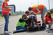 De technische studenten werken aan de Velox. Op een weg in Delft worden de eerste meters afgelegd met de nieuwe recordfiets, de VeloX 8. In september wil het Human Power Team Delft en Amsterdam, dat bestaat uit studenten van de TU Delft en de VU Amsterdam, tijdens de World Human Powered Speed Challenge in Nevada een poging doen het wereldrecord snelfietsen voor vrouwen te verbreken met de VeloX 8, een gestroomlijnde ligfiets. Het record is met 121,81 km/h sinds 2010 in handen van de Francaise Barbara Buatois. De Canadees Todd Reichert is de snelste man met 144,17 km/h sinds 2016.<br /> <br /> At a road in Delft the team tests the VeloX 8 for the first time. With the VeloX 8, a special recumbent bike, the Human Power Team Delft and Amsterdam, consisting of students of the TU Delft and the VU Amsterdam, also wants to set a new woman's world record cycling in September at the World Human Powered Speed Challenge in Nevada. The current speed record is 121,81 km/h, set in 2010 by Barbara Buatois. The fastest man is Todd Reichert with 144,17 km/h.