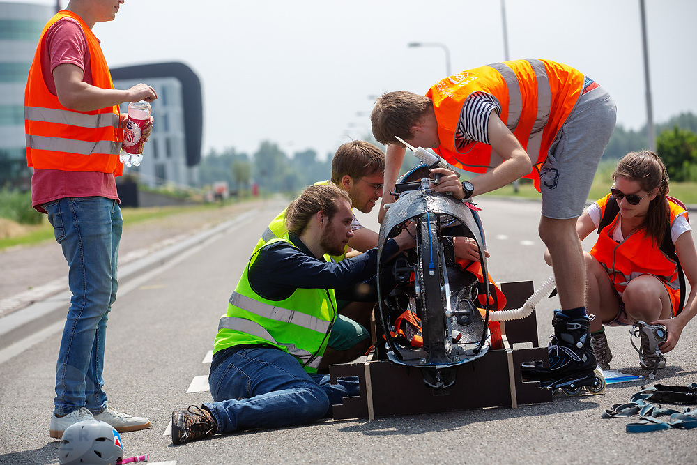 De technische studenten werken aan de Velox. Op een weg in Delft worden de eerste meters afgelegd met de nieuwe recordfiets, de VeloX 8. In september wil het Human Power Team Delft en Amsterdam, dat bestaat uit studenten van de TU Delft en de VU Amsterdam, tijdens de World Human Powered Speed Challenge in Nevada een poging doen het wereldrecord snelfietsen voor vrouwen te verbreken met de VeloX 8, een gestroomlijnde ligfiets. Het record is met 121,81 km/h sinds 2010 in handen van de Francaise Barbara Buatois. De Canadees Todd Reichert is de snelste man met 144,17 km/h sinds 2016.<br /> <br /> At a road in Delft the team tests the VeloX 8 for the first time. With the VeloX 8, a special recumbent bike, the Human Power Team Delft and Amsterdam, consisting of students of the TU Delft and the VU Amsterdam, also wants to set a new woman's world record cycling in September at the World Human Powered Speed Challenge in Nevada. The current speed record is 121,81 km/h, set in 2010 by Barbara Buatois. The fastest man is Todd Reichert with 144,17 km/h.