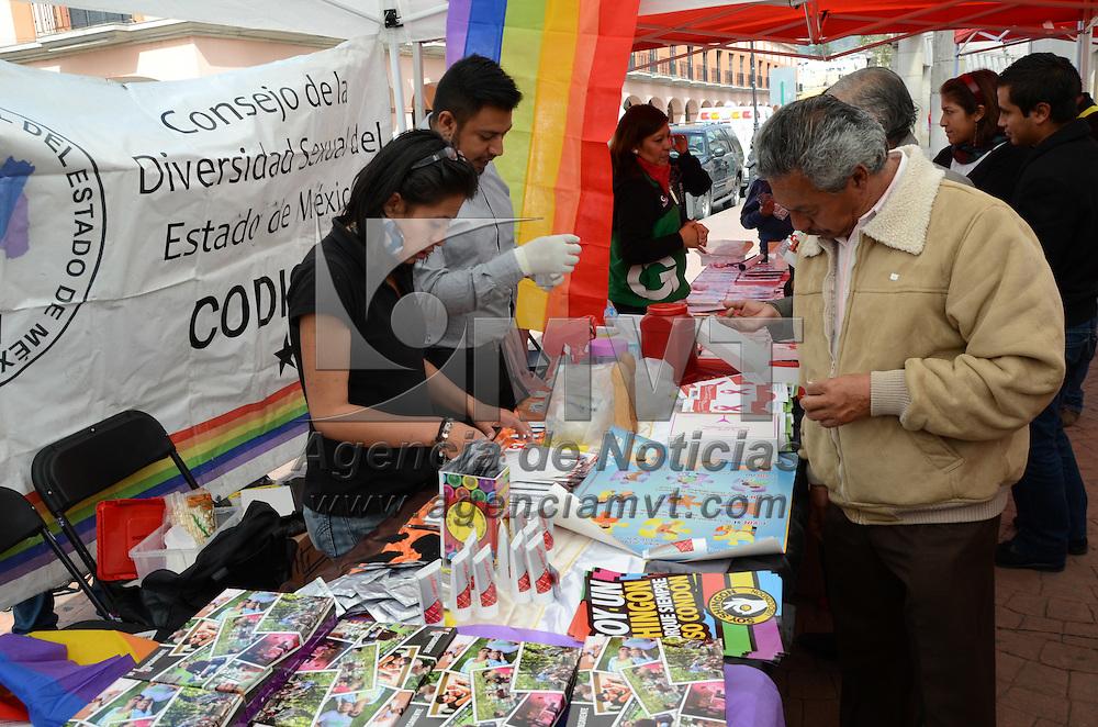 Toluca, México.- Con motivo de la conmemoración del Día Nacional de la Prueba de VIH, el Instituto de Salud del Estado de México (ISEM) realizó  pruebas de VIH a mexiquenses en la plaza González Arratia. Agencia MVT / Arturo Hernández S.