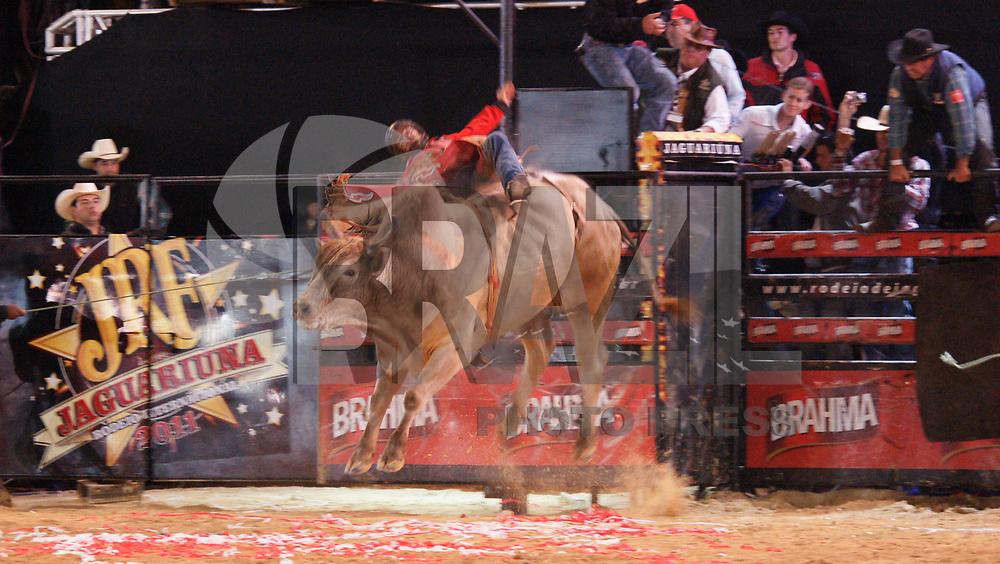 JAGUARI&Uacute;NA, SP, 14 DE MAIO 2011 &ndash;  RODEIO DE JAGUARI&Uacute;NA 2011, Sexta e &uacute;ltima noite do Jaguari&uacute;na Rodeo Festival, que est&aacute; em sua 23&ordf; edi&ccedil;&atilde;o, IRON COWBOY<br /><br />Depois de uma disputa emocionante, o t&iacute;tulo de Iron Cowboy (cowboy de a&ccedil;o) foi para o estado de Minas Gerais com o competidor Rubens Barbosa representante da cidade de Uberl&acirc;ndia. Ele conseguiu o t&iacute;tulo, R$100 mil e vaga direta para a final Mundial de Las Vegas no EUA em outubro na PBR World Finals. Rubens tem 27 anos, seis anos de rodeio, e ap&oacute;s a vit&oacute;ria agradeceu sua esposa que sempre esteve com ele em todos os momentos. Na final Rubens montou o famoso touro Pesadelo da Cia 3B. Na semana passada este mesmo touro tirou o t&iacute;tulo de Rubens aqui em Jaguari&uacute;na, mas, desta vez o final foi feliz para o competidor. O touro Agressivo da Cia Paulo Em&iacute;lio foi eleito o melhor touro do rodeio. A Cia Paulo Emilio ainda faturou como melhor boiada deste final de semana. A semana passada tamb&eacute;m havia ganho como melhor boiada. Acompanhe como foi o mata-mata do &uacute;ltimo dia do Iron Cowboy.<br />Rubens Barbosa X Pesadelo - 3B: 93 pontos<br />(FOTO: PADUARDO / NEWS FREE).