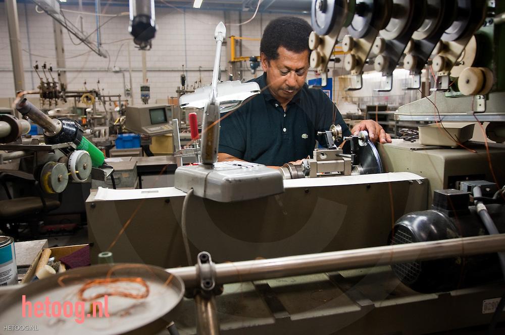 een medewerker van pbf group  in Almelo windt een koperspoel volgens bepaalde specificaties. pbf group almelo
