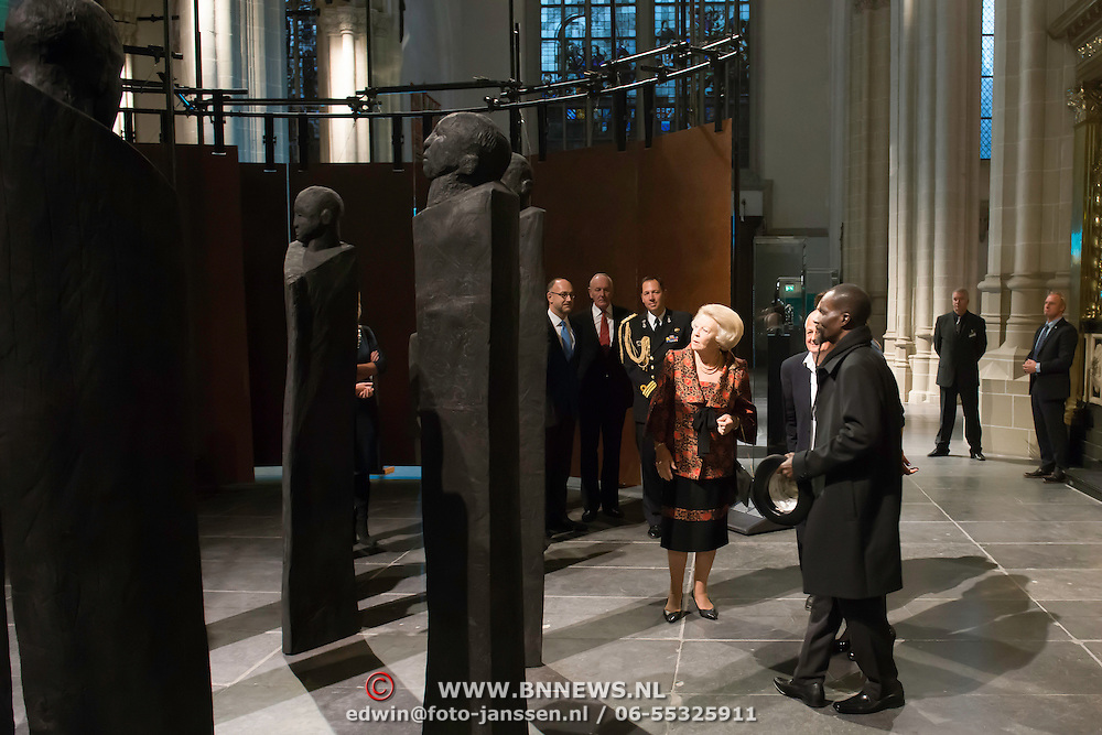 Prinses Beatrix bij opening tentoonstelling Magisch Afrika in de Nieuwe Kerk Amsterdam. Een tentoonstelling over maskers en beelden uit Ivoorkust.<br /> <br /> Princess Beatrix at the opening exhibition Magical Africa in the New Church in Amsterdam. An exhibition on masks and statues from the Ivory Coast.<br /> <br /> Op de foto / On the photo:  Prinses Beatrix krijgt een rondleiding over de tentoonstelling vergezeld door kunstenaar Koko Bi <br /> <br /> Princess Beatrix gets a tour of the exhibition accompanied by artist Koko Bi