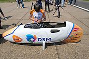 David Wielemaker maakt wat aanpassingen op de VeloX2. Het Human Powered Team Delft en Amsterdam presenteert de VeloX2, de fiets waarmee ze het wereldrecord willen verbreken dat nu op 133 km/h staat. Jan Bos, een van de rijders die het record gaat proberen te verbreken, gaat de strijd aan met zijn broer Theo Bos op de gewone racefiets. Jan wint uiteindelijk glansrijk en haalt 77,2 km/h.<br /> <br /> David Wielemaker is adjusting the VeloX2. Human Powered Team Delft and Amsterdam presents the VeloX2, the bike which they will attempt to set a new world record with. Jan Bos, on of the two cyclists who will try to ride faster than 133 km/h, is racing at the presentation against his brother Theo Bos, a former world champion and cyclist for the Rabobank Racing Team. Jan will defeat Theo, with a maximum speed of 77,2 km/h.