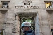 Roma, 18/11/2014:  operai aspettano gli esiti dell'incontro al Ministero della Sviluppo Economico tra governo, sindacati e azienda sulla vertenza della Acciai Speciali Terni.