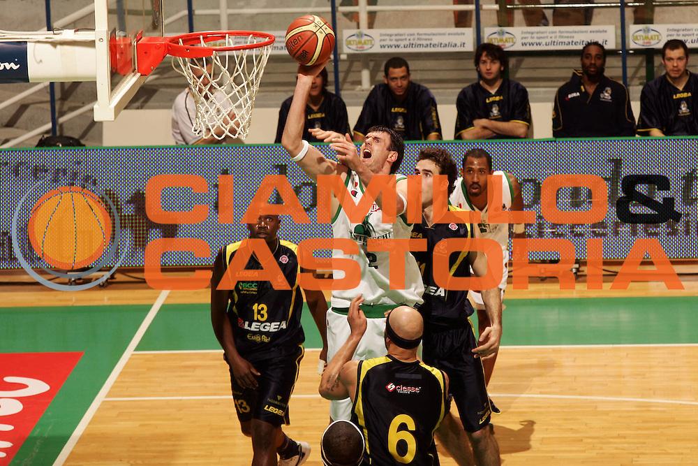 DESCRIZIONE : Siena Lega A1 2007-08 Montepaschi Siena Legea Scafati <br /> GIOCATORE : Ksistof Lavrinovic <br /> SQUADRA : Montepaschi Siena <br /> EVENTO : Campionato Lega A1 2007-2008 <br /> GARA : Montepaschi Siena Legea Scafati <br /> DATA : 24/02/2008 <br /> CATEGORIA : Tiro <br /> SPORT : Pallacanestro <br /> AUTORE : Agenzia Ciamillo-Castoria/P.Lazzeroni <br /> Galleria : Lega Basket A1 2007-2008 <br /> Fotonotizia : Siena Campionato Italiano Lega A1 2007-2008 Montepaschi Siena Legea Scafati <br /> Predefinita : si