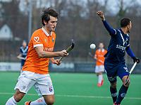 BLOEMENDAAL - Arthur van Doren (Bldaal) passeert Marlon Landbrug (Pinoke)  tijdens de competitie hoofdklasse hockeywedstrijd heren, Bloemendaal-Pinoke (3-2)   COPYRIGHT KOEN SUYK