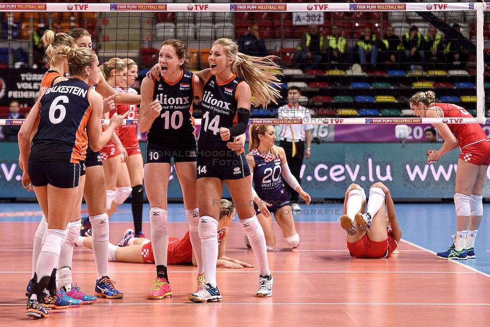 07-01-2016 TUR: European Olympic Qualification Tournament Nederland - Kroatie, Ankara<br /> Nederland verslaat Kroatië met 3-0 en gaat als groepswinnaar de halve finale in / Laura Dijkema #14, Lonneke Sloetjes #10, Maret Balkestein-Grothues #6