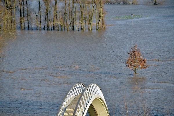 Nederland, Nijmegen, The Netherlands, 9-1-2018 Nijmegen bij hoogwater. Het stijgende water van de Rijn, Waal, is vannavond op het hoogste peil. De Waalkade is afgesloten. Het voetgangersbruggetje Ooyblik, verbinding met de Ooijpolder is ingesloten door rivierwater. Foto: Flip Franssen