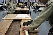 Nederland, Gennep, 1-12-2003..Leerling van een vmbo school werkt op de houtl afdeling  aan een werkstuk. Technisch onderwijs, basisvorming, techniek, leesproblemen, dyslexie, beroepsonderwijs, vakmanschap, opleiding. Bouw...Foto: Flip Franssen/Hollandse Hoogte