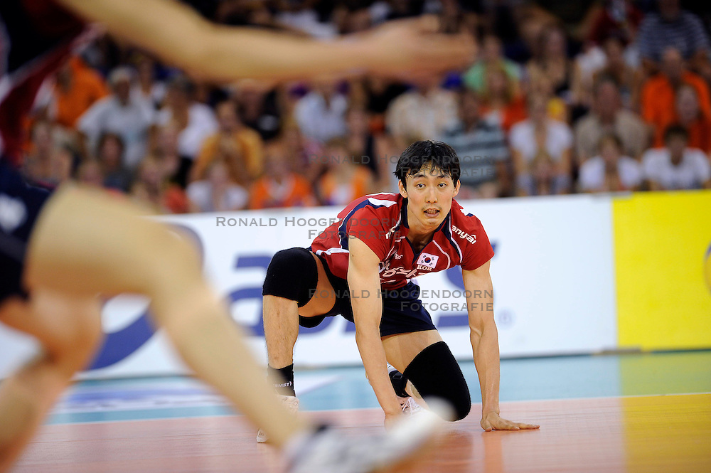 08-07-2010 VOLLEYBAL: WLV NEDERLAND - ZUID KOREA: EINDHOVEN<br /> Nederland verslaat Zuid Korea met 3-0 / Hyun Yong Ha<br /> ©2010-WWW.FOTOHOOGENDOORN.NL