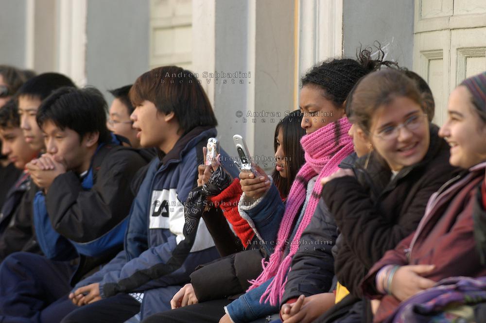 """Roma, 18/12/2004: Festa Intermundia nella scuola  Elementare Di Donato, quartiere Esquilino - Intermundia feast in the Elementary School """"Di Donato,"""" Esquilino area.©Andrea Sabbadini"""