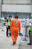 Tusentals fans har kommit till Makuhari Messe i Chiba City för att få möjlighet att skaka hand med sin favoritmedlem i popgruppen AKB48.