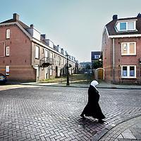 Nederland, Amsterdam , 15 maart 2012..De Jasmijnstraat in de van der Pekbuurt in amsterdam Noord. Links de panden die gesloopt gaan worden hoek Jasmijnstraat Begoniastraat. Rechts de panden in de Jasmijnstraat die niet gesloopt gaan worden..Foto:Jean-Pierre Jans